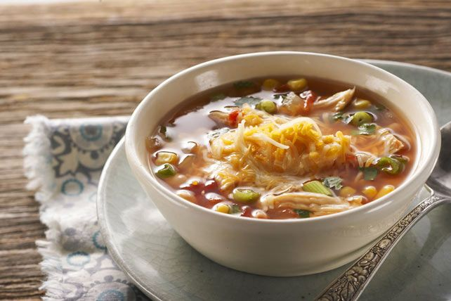 Soupe copieuse au poulet à la mode mexicaine