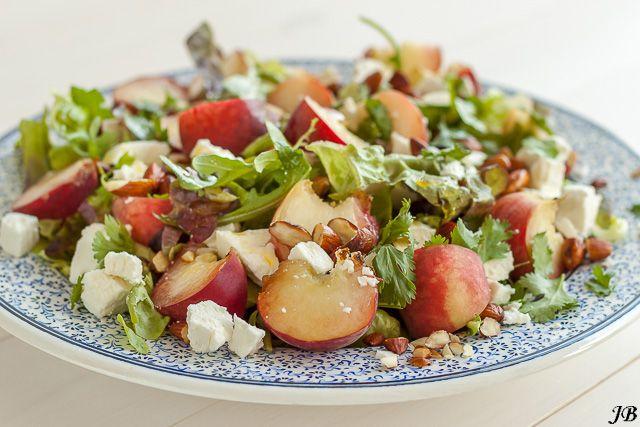 Salade van perziken, geitenkaas en geroosterde amandelen