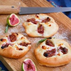 Pizza w/ Figs & Goat Cheese. Pizza with figs goat cheese and a few drops of honey (in Italian) No Dairy Recipes, Pizza Recipes, Lunch Recipes, Easy Appetizer Recipes, Best Appetizers, Goat Cheese Pizza, Pizza Pizza, Pizza Party, Wow Recipe