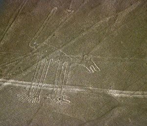 Parmi les nombreux mystères toujours insolvables, celui des géoglyphes de Nazca reste entier. Qui a bien pu tracer ces fameuses lignes? Dans quel but? Et surtout comment, puisqu'il est peu probable que les constructeurs aient pu voir ces tracés après ...
