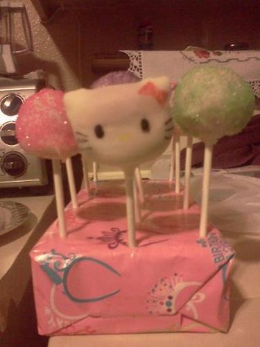 Hellow Kitty cake pops
