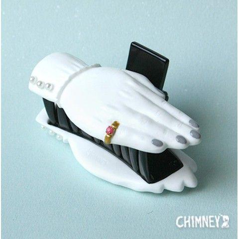 髪をパチンと挟む手のヘアクリップ。 ヘアアレンジのポイントにも、バッグにつけたりといろいろな使い方ができます。  サイズ:H4.5×W8×D3.8cm 素材:ポ