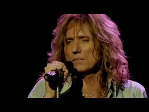 "David Coverdale con su nueva cara tocando con Whitesnake en vivo en Londres en el año 2006. Sacado del dvd ""Live in the Still of the Night"".    David Coverdale with his new face playing along with Whitesnake live in London in 2006. Taken from DVD ""Live in the Still of the Night."""