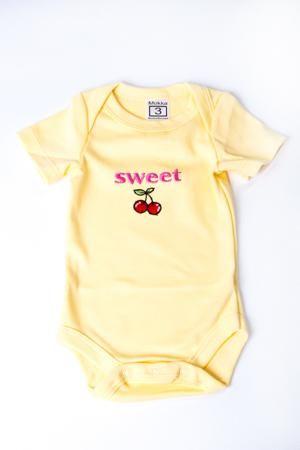 LacyWear Боди DGD(8)-EMB  — 330р. ------------------------------ Хлопковое боди для новорожденного  В изделии использованы цвета: желтый и др.  Размер соответствует росту ребенка.