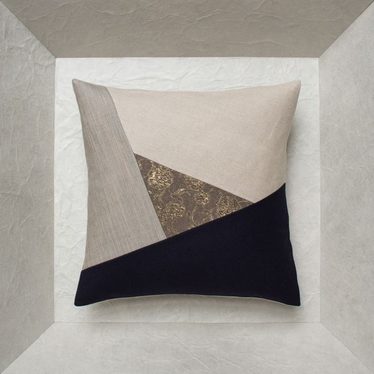 Modern design cushions in 40 x 40 Inspired by the eye of a hurricane, this collection of design cushions is an assembly of 3 different fabrics positioned around a 4th central piece that looks at you like an eye in the middle of a geometric pattern. Alone or in pairs, they add a modern design touch and a new look to your interior. Stare it right in the eye !Design cushions in 40 x 40 format This collection of design pillows consists of 4 fabrics assembled in a very design geometric pattern…