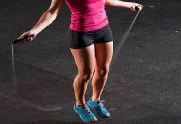 Pular corda ajuda a emagrecer e perder a barriga
