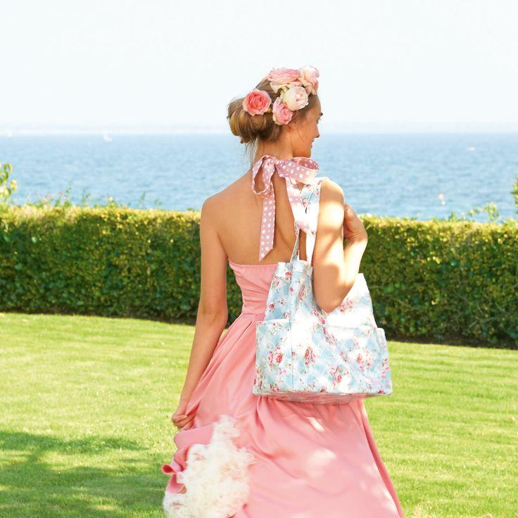 """Blumenkinder aufgepasst: die Strandtasche """"Simone"""" versüßt uns jetzt auch noch den Ausflug an den Strand. Auf der großen Beachbag tummeln sich bezaubernde Blümchen und sorgen für ein frisches und nostalgisches Flair. Handtuch rein und glücklich sein - mit der Strandtasche von GreenGate ein Leichtes, hier finden nämlich die wichtigsten Sachen Platz und gerne auch mal der Wochenendeinkauf: http://www.nostalgieimkinderzimmer.de/greengate-strandtasche-simone-white.html"""