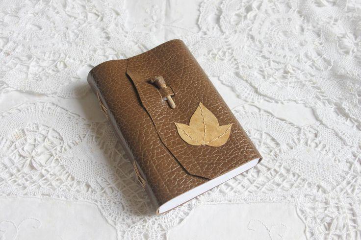 carnet de voyage en cuir véritable fermoir en bois feuille de lierre lignes : Carnets, agendas par laureline-reliure