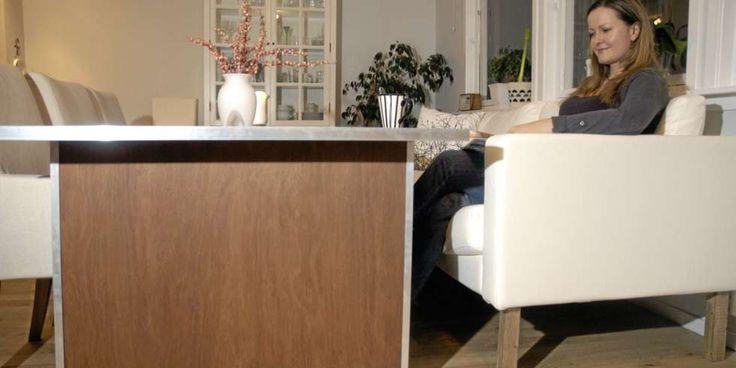 FORNØYD MED SPISESOFAEN: Linn Kristin Haavaldsen målte opp høyden og byttet ut beina på Ikea-sofaen. Stort enklere blir det ikke.