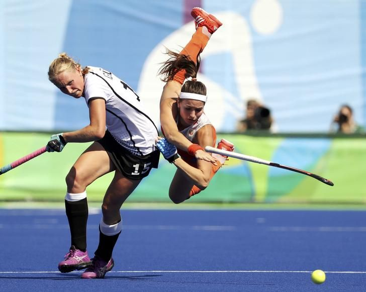OLYMPICS-RIO-HOCKEY-W 2016 Rio Olympics - Hockey - Semifinal - Women's Semifinal Match Netherlands v Germany - Olympic Hockey Centre - Rio de Janeiro, Brazil - 17/08/2016. Eva de Goede (NED) of Netherlands (R) falls while competing against Hannah Kruger (GER) of Germany. REUTERS/Vasily Fedosenko