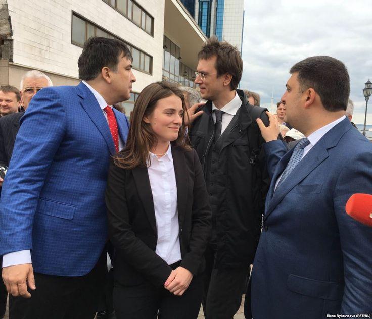 Юлия Марушевская в центре. Губернатор и премьер хлопают по обоим плечам министра инфраструктуры Украины Владимира Омеляна