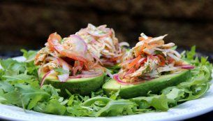 Abacate recheado com salada de frango ou de peru