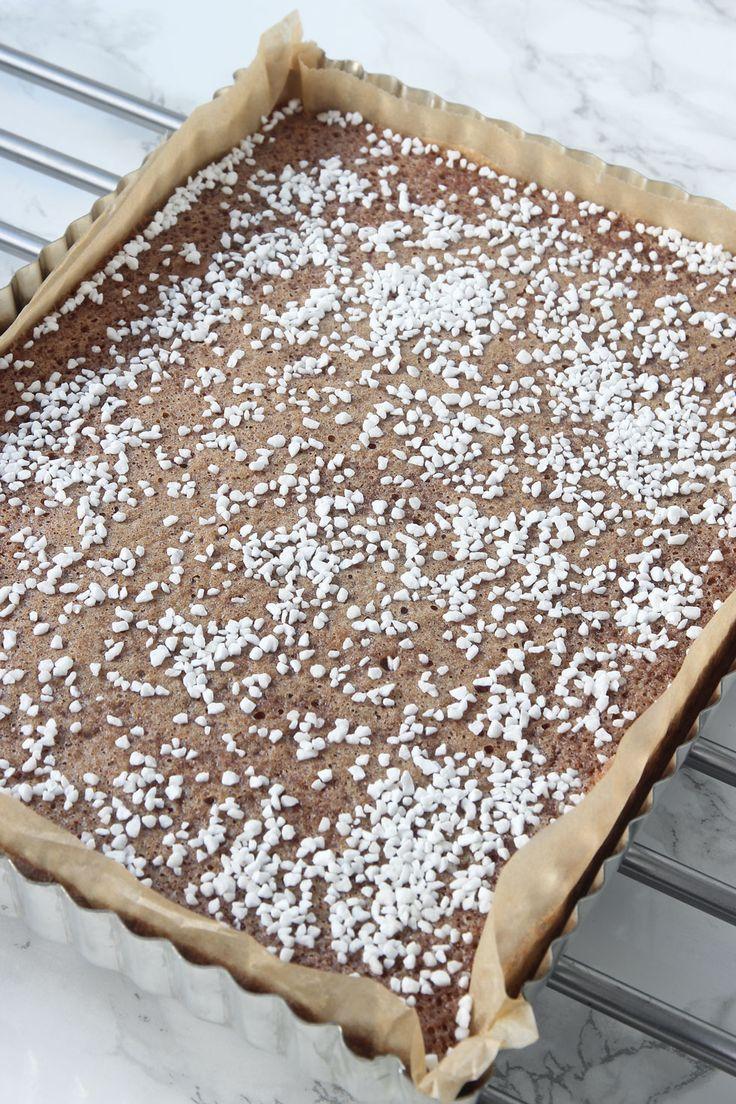3. Grädda kakan mitt i ugnen 20–24 min beroende på hur kladdig du vill ha den. Känn med en provsticka. Låt kakan svalna i formen. Servera gärna med vispad grädde.
