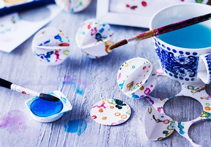 Valmista kaunista koristepaperia vesiväreillä roiskimalla. Paperia voi käyttää taulujen ja koristeleiden askarteluun. Katso Unelmien Talo&Kodin helppo ohje!