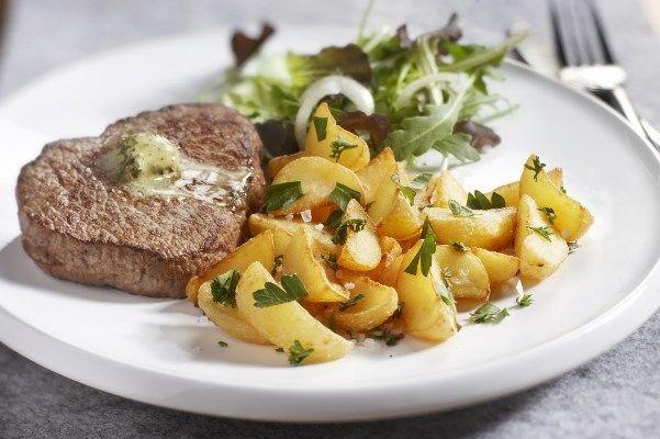 Pom'a part met verse kruiden en biefstuk: een heerlijk #recept met onze Pom' a Part #aardappelpartjes #Aviko. Bekijk het gehele recept op onze website!