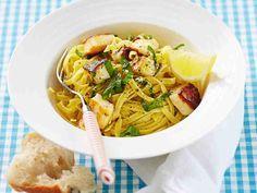 Halloumi-sitruunapasta valmistuu nopeasti ja helposti ja maistuu lounaana tai arki-illan ateriana. Lisää lopuksi hienonnettua basilikaa, kääntele ja tarjoa heti.