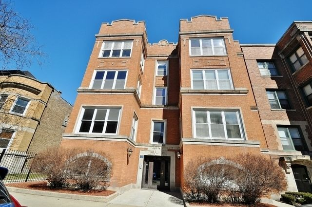 Classic Apartment Exterior With Red Brick And Vintage Doorway In Hyde Park Chicago Domu Chi Chicago Apartments For Rent Chicago Apartment Apartments Exterior