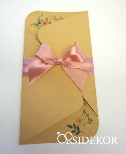 Egyedi esküvői meghívó csipkével, szalaggal és masnival díszítve. Papírból készült, többféle színben kérhető. Kinyitható, így bőven van hely a szövegnek is., Olcsó, mégis egyedi, kézzel készített, személyre szabható esküvői dekoráció készítése vásárlással és bérléssel. Menyasszonyi csokrok, virágdíszek készítését is vállaljuk.