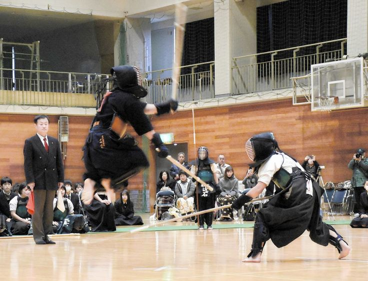 香川県琴平町の県立琴平高校(中西公子校長)で6日、いずれも強豪のなぎなた部と剣道部による「異種武道大会」があった。恒例となった異種対決に、全校生徒や保護者らから歓声が上がり、盛り上がった。10回目となる大会は昨年まで4連敗していたなぎなた部が制し、通算成績を6勝4敗とした。