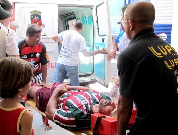 Jogador do Flu leva pior em choque de cabeça e deixa ginásio imobilizado  Em jogada no 2º tempo do jogo contra o Corinthians, Gilmar Fubá atinge Marcelo Barbosa, que sofre corte na testa. Atleta é removido de ambulância