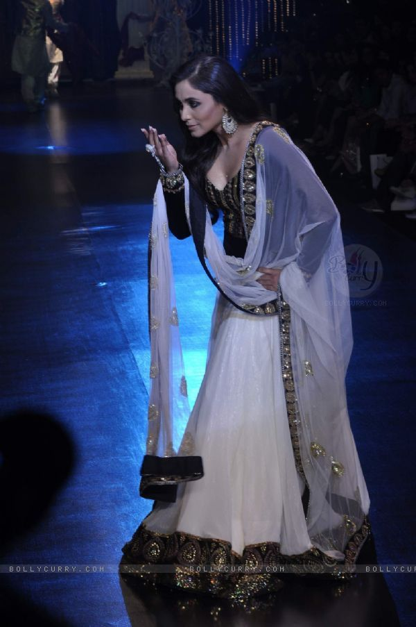 Rani Mukherjee looks sinply lovely in this outfit. The black, white, and gold look really good together. I like it!!