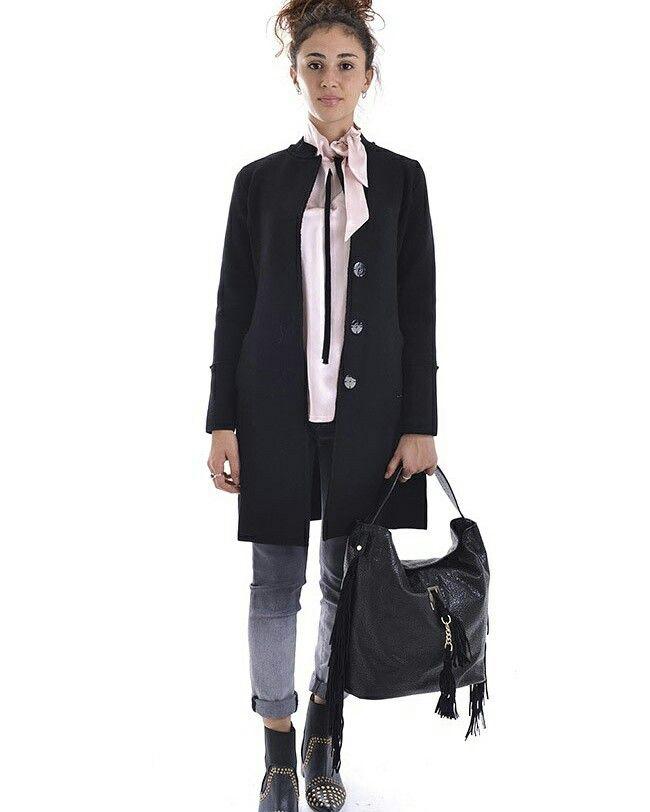 Buongiorno ! Vi piace il nostro Outfit di oggi😍 ??? jeans e cappotto @nenette_official  borsa @silvianheach  camicia @tricot_chic  #goodmorning #goodmorningpost #outfitofthay #mipiace #boutiquegnisci #luxurycoat #luxorylife #outfit #outfits #otf #pinkblack #bonton #ideeregalo #shopping  #shoponline  www.boutiquegnisci.com  SPEDIZIONE GRATUITA