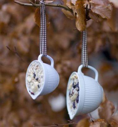 DIY bird feeder from old porcelain teacups with homemade suet // Téli madáretető porcelán csészékből - madárkenyér házilag // Mindy - craft tutorial collection // #crafts #DIY #craftTutorial #tutorial #CraftsForPets