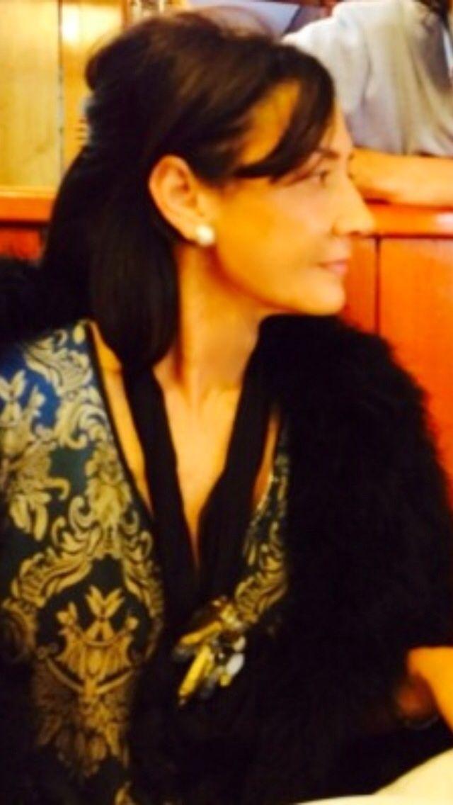 """Sandra Criado                                           Lleva uno de sus diseños, el boche """"Bárbara"""" colocado a modo de colgante, prendido sobre un foulard de gasa"""