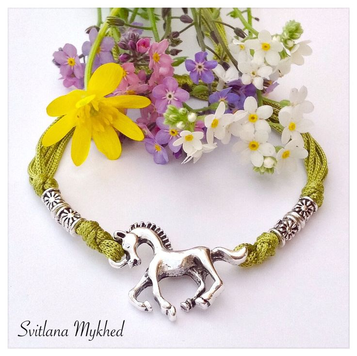 """Bracelet """"Cheval. Équestre. Équitation. Au galop. Fer de cheval."""" cordon satin vert-anis . perles tibétaines. Fermeture coulissante. Bracelet : Bracelet par perles-et-couronnes"""