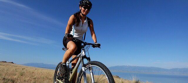 ¿Qué posición es mas correcta en la bicicleta?  Cuando hablamos de la posición correcta para montar en bicicleta mtb de montaña, también tendremos en cuenta la geometría de nuestra bicicleta porque en una bicicleta de mtb montaña en la que montamos en una posición incorrecta cambiará significativamente el comportamiento. No tendremos el mismo rendimiento con la posición del sillin retrasada, una potencia diferente a la adecuada o un manillar desajustados.   http://youtu.be/l5QAEatayGk