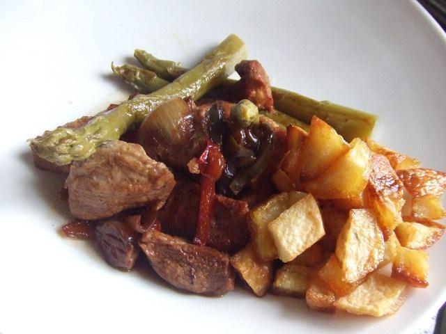 Secreto ibérico con cebollitas francesas y dados de patatas Ver receta: http://www.mis-recetas.org/recetas/show/39230-secreto-iberico-con-cebollitas-francesas-y-dados-de-patatas