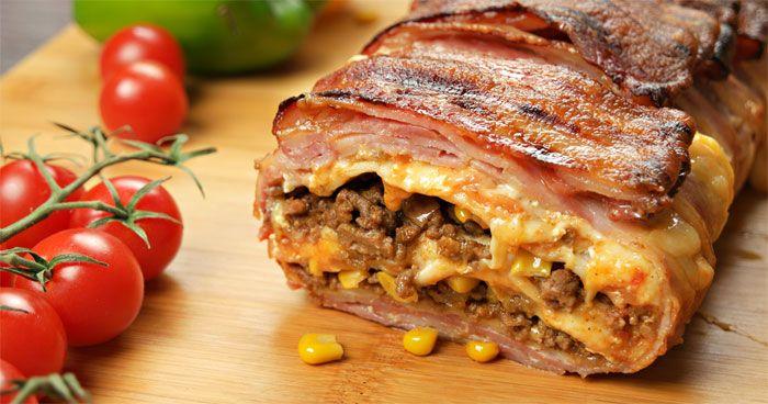 Denne bacon og tacolasagnen er noe for seg selv! Dette trenger du: - 400 g kjøttdeig - 1 pakke tacokrydder - 1 liten løk, hakket - Omtrent 30 skiver bacon - 5-6 Store tortillalefser - Mais, rømme, tacosaus og revet ost etter