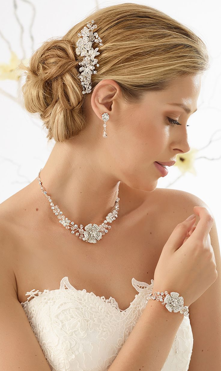 Stylish hair arrangement 1645 and elegant set: necklace N33 with earrings & bracelet from Bianco Evento #biancoevento #hairstyles #weddingaccessories #hairjewellery #jewellery #weddingjewellery #weddingideas #bridetobe