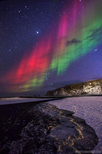 維克,黑沙灘 冰島之北極光。 Aurora in Vik, Black beach Iceland.