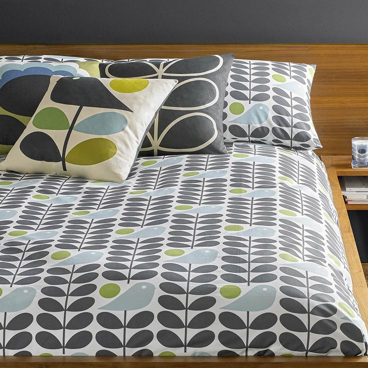 Bring bold patterns to your bedroom with this Early Bird duvet cover from Orla Kiely. Made from 100% cotton, it features the distinctive Early Bird print in grey with pops of blue and green for a colo