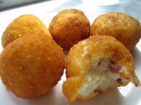 I bocconcini con prosciutto e provola costituiscono un piacevole finger food che si prepara realizzando una pasta soda che verrà divisa poi in pallin...