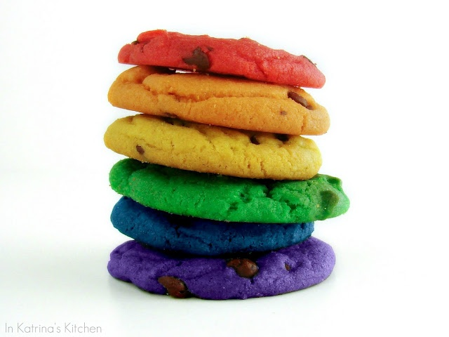 Colored chocolate chip cookies!Colors Cookies, Food Colors, Chocolate Chips, Chocolates Chips Cookies, Rainbows Chocolates, Choc Chips Cookies, Rainbows Cookies, Cookies Recipe, Chocolate Chip Cookies