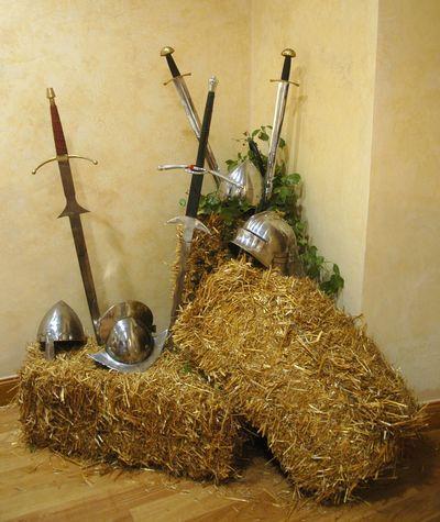 - chevalier, soldats, mercenaires en armure et cotte de maille armoriés - Casques et épées - boucliers et écus - Tout pour assurer la réussite d'un évènementiel médiéval de qualité haut de gamme, et transformer le lieu de votre choix en un village médiéval, la cour ou la salle de réception d'un château, la salle de garde des chevalier, ou même en un palais royal riche en couleurs, et somptueuxcomme celui du roi Arthur et les chevaliers de la table ronde, par exemple
