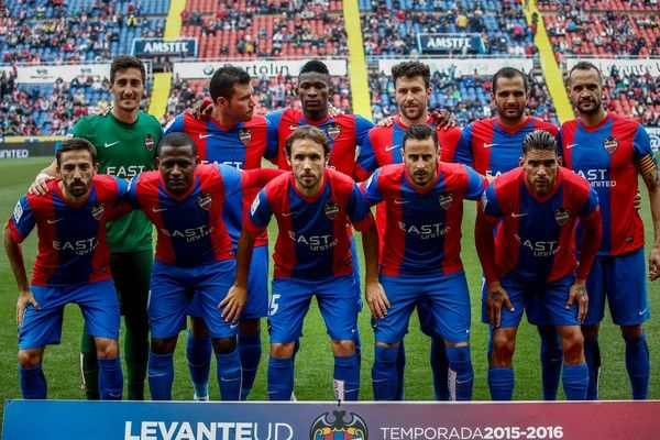 Levante's team poses before the Spanish league football match Levante UD vs Club Atletico de Madrid at the Ciutat de Valencia stadium in Valencia on May 8, 2016. / AFP / BIEL ALINO