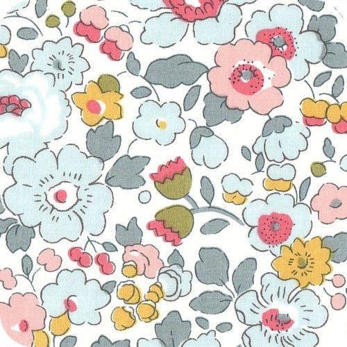 Tissu Liberty Betsy Porcelaine pour les créations sur mesure Milie Dots: couverture bebe, tour de lit, boutis, gigoteuse, sac de change, édredon en laine, tapis d'éveil et tapis de chambre, etc http://www.miliedots.com/#!les-creations-sur-mesure/c1cgr
