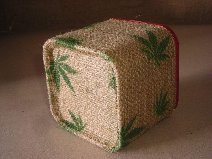 Bote de tabaco para guardar cogollos, forrado con tela de arpillera pintada a mano.