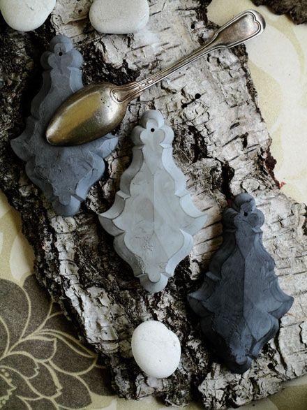 Pampilles béton Exclusif et original ces pampilles en béton ciré. Existent en dimensions 7,5 cm et 10 cm de hauteur. Épaisseur environ 5 mm. COLORIS Gris effet zinc  Gris ébène Blanc chaux sur www.lemondederose.com