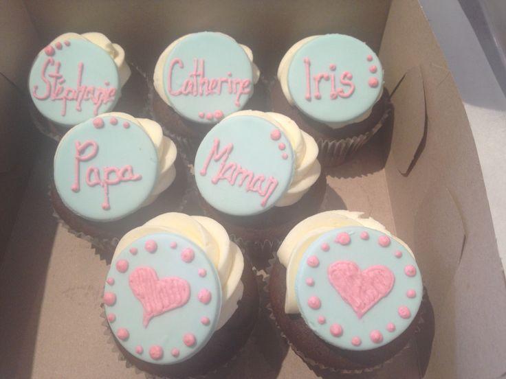 cupcake avec le nom des invités du shower de bébé