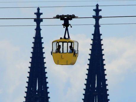 Kölner Seilbahn kreuzt den Rhein in Köln und offenbart einen wundervollen Blick über Köln. An speziellen Tagen ist sie sogar nachts geöffnet. repinned by www.parkett-direkt.net