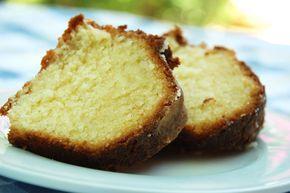 Μία συνταγή για κέικ λεμονιού με υπέροχο λιμοντσέλο το οποίο δίνει το πιο αφράτο και μυρωδάτο κέικ. Δοκιμάστε το.