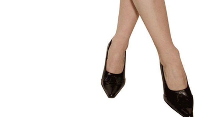 Reglas de la moda cuando usas medias de nylon. Las medias de nylon pueden darle un aspecto suave y refinado a las piernas de una mujer y a su atuendo. El uso de medias de nylon es apropiado para todas las estaciones, sobre todo para mantener el calor durante el clima frío o ventoso. En la oficina pueden darte un aspecto más profesional. Aunque en las salidas ocasionales de verano no se ...