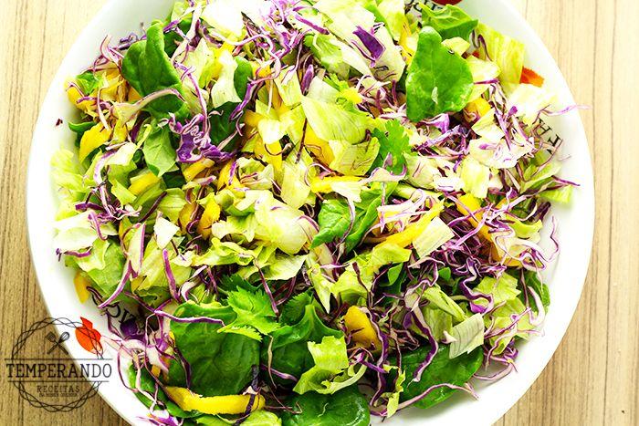 SALADA TROPICAL COM VINAGRETE DE LARANJA - alface, repolho roxo, manga, espinafre, coentro e um delicioso vinagrete de laranja para uma salada super deliciosa e nutritiva   temperando.com #salada #receita #dieta