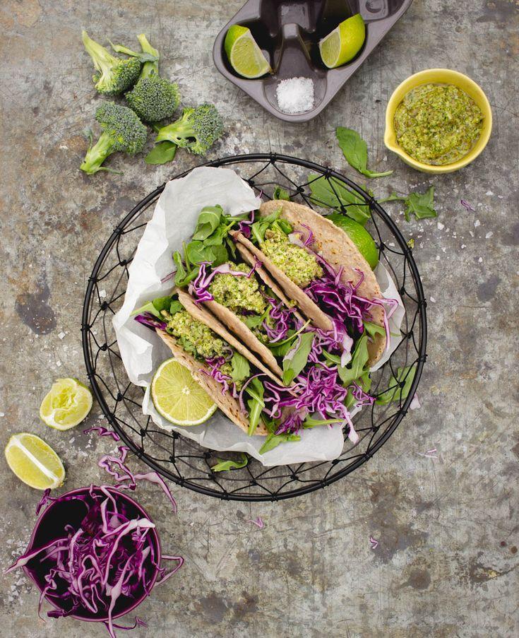 Rå broccolipesto, en enkel och god pesto som går väldigt fort att mixa ihop. Den råa broccolin får en härlig smak ihop med vitlök och olivolja. Jag serverar den till tortillas men den är god...