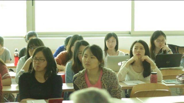 porcentaje de alumnos chinos en las universidades públicas españolas ha aumentado notoriamente en el ámbito de las ciencias sociales. Estos nuevos estudiantes no son hijos de ciudadanos chinos residentes en España, sino que vienen del extranjero específicamente para estudiar en nuestro país. Este fenómeno migratorio relativamente reciente dentro de las aulas se debe a otro fenómeno migratorio anterior: la salida de la universidad de los estudiantes ...College in EU/Spain/rvdrhayr