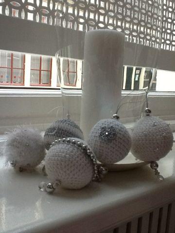 Nu we toch al in kerst sferen zijn,volgt hier een patroontje voor kerstballen.  Een gehaakte versie die je met alleen een basispatroon verde...